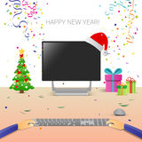 Mãos decoradas do computador do local de trabalho usando a decoração de datilografia da venda do Natal do Internet do ano novo fe Imagens de Stock Royalty Free