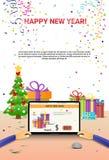 Mãos decoradas do laptop do local de trabalho usando a decoração de datilografia da venda do Natal do Internet do ano novo feliz Imagens de Stock Royalty Free