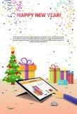 Mãos decoradas do tablet pc do local de trabalho usando a decoração da venda do Natal do Internet do ano novo feliz ilustração stock