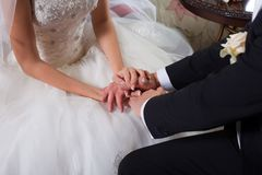 Mãos delicadas do noivo e da noiva Imagens de Stock