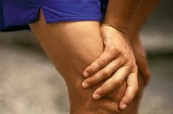 Mãos desportivas dos homens Fotografia de Stock Royalty Free