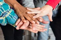 Mãos diversas da equipe dos povos sobre se apoio imagens de stock royalty free