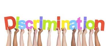 Mãos diversas que guardam a discriminação da palavra Imagem de Stock Royalty Free