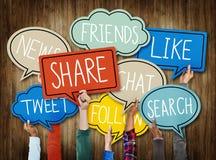Mãos diversas que guardam o conceito social das bolhas do discurso dos meios Fotografia de Stock Royalty Free