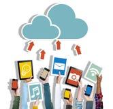 Mãos diversas que guardam trabalhos em rede da nuvem dos dispositivos de Digitas Imagens de Stock Royalty Free