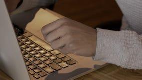 Mãos do índice-gerente masculino, que está trabalhando no portátil, fim acima filme