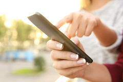 Mãos do amigo usando um telefone esperto imagem de stock royalty free