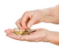 Mãos do ancião que toca em últimas moedas. fotografia de stock