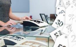 Mãos do assistente da concessão na caixa de janela com aneis de diamante fotografia de stock