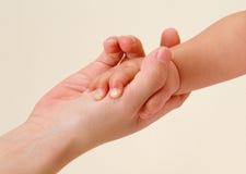 Mãos do bebê e da matriz Foto de Stock Royalty Free