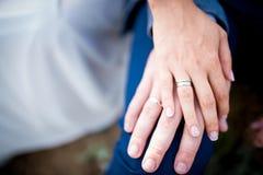 Mãos do casal com anéis imagens de stock