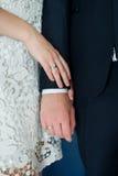Mãos do casal com anéis casamento foto de stock