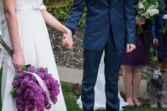 Mãos do casal em seu casamento Fotografia de Stock