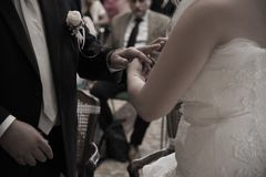 Mãos do casamento de uns noivos foto de stock royalty free