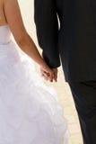 Mãos do casamento do enamoured Fotos de Stock Royalty Free