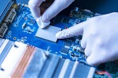 Mãos do cientista no trabalho de pesquisa da universidade com a microplaqueta f do processador central do computador da nova tecn foto de stock royalty free