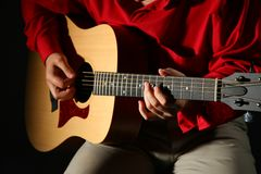 Mãos do Close-up com guitarra Fotos de Stock Royalty Free