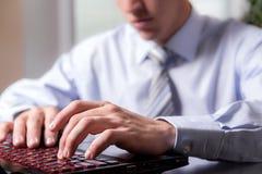 Mãos do close-up de um homem novo que trabalha entusiasticamente no co Foto de Stock