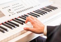 Mãos do close-up do músico Pianista que joga no piano bonde Fotografia de Stock