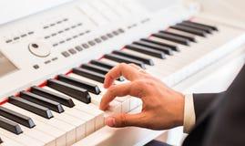 Mãos do close-up do músico Pianista que joga no piano bonde Imagem de Stock
