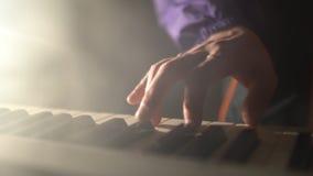 Mãos do close-up do músico que joga teclados filme
