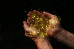 mãos do close up do homem idoso que imploram pela ajuda conceito para a pobreza ou a fome ou procurar para a luz na obscuridade fotografia de stock royalty free