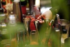 Mãos do cocktail do barman Foto de Stock