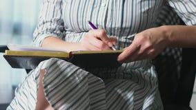 Mãos do consultante fêmea, fim acima Negociações e sala de reunião Movimentos manuais, gestos, dedos Cadernos a imagem de stock