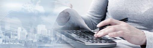 Mãos do contador com calculadora fotografia de stock