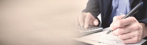 Mãos do contador com calculadora imagem de stock royalty free