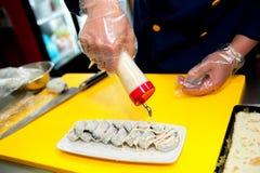 Mãos do cozinheiro do japonês Fotos de Stock Royalty Free