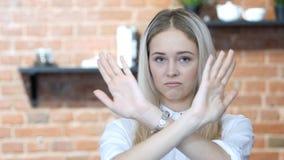 Mãos do cruzamento, rejeitando a oferta, não pela mulher, interna imagem de stock royalty free