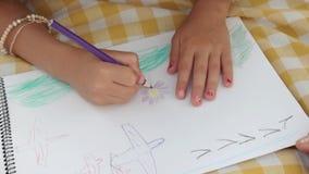 Mãos do desenho da menina com lápis colorido filme