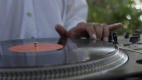 Mãos do DJ em plataformas do vinil vídeos de arquivo