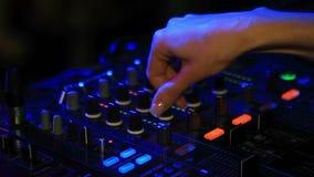 Mãos do DJ no telecontrole video estoque