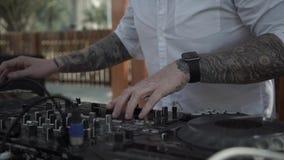 Mãos do DJ no telecontrole Movimento lento video estoque
