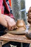 Mãos do ensino do oleiro Imagem de Stock
