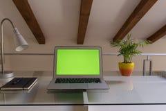 Mãos do escritório domiciliário no computador imagem de stock