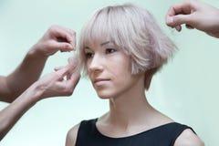 Mãos do estilista do homem que fazem o penteado foto de stock royalty free