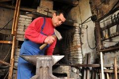 Mãos do ferro de trabalho do ferreiro Imagem de Stock Royalty Free