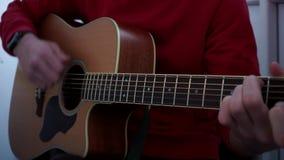 Mãos do guitarrista e ascendente próximo da guitarra video estoque