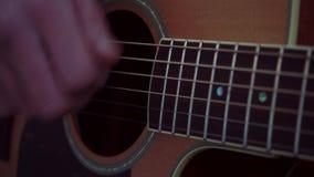 Mãos do guitarrista e ascendente próximo da guitarra vídeos de arquivo