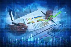 Mãos do homem do acionista com calculadora imagens de stock royalty free