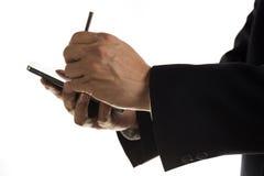 Mãos do homem de negócios com o estilete que toca na tela do pH esperto Fotografia de Stock Royalty Free