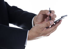 Mãos do homem de negócios com o estilete que toca na tela do smartph Foto de Stock