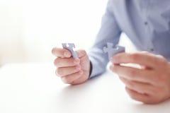 Mãos do homem de negócios que conectam o enigma de serra de vaivém Soluções do negócio, sucesso e estratégia, aprendendo o concei Imagens de Stock Royalty Free