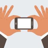 Mãos do homem de negócios que guardam o telefone celular com placa  Imagens de Stock Royalty Free