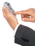 Mãos do homem de negócios que prendem um telefone de pilha fotos de stock