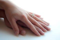 Mãos do homem e da mulher com anel de diamante Fotos de Stock