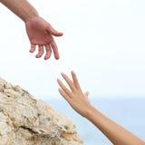 Mãos do homem e da mulher que ajudam o conceito Fotografia de Stock